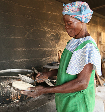 Elisabeth Ouedraogo prepares meals from food provided by CRS Helping Hands to the Centre Delwendé refuge for women. Photo by Michael Stulman/CRS