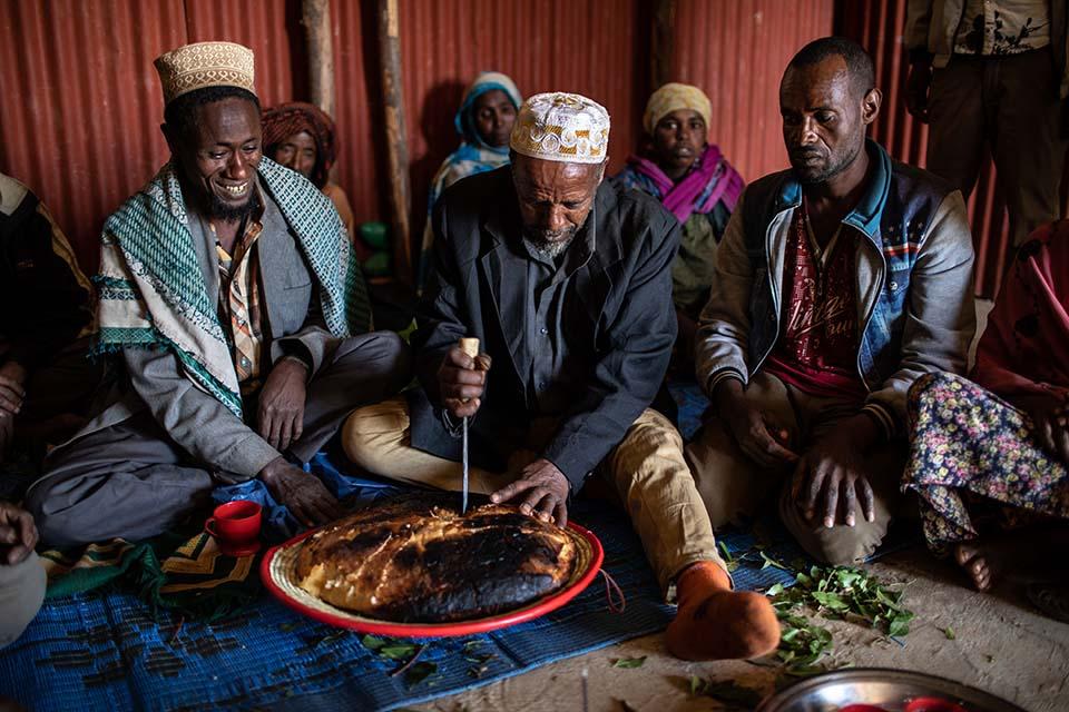 Ethiopian men share injera
