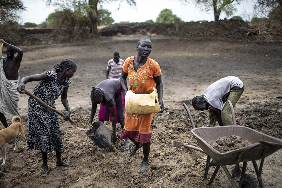 neighbors help rehab pond in South Sudan
