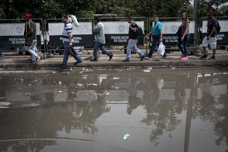 venezuela migrants walking