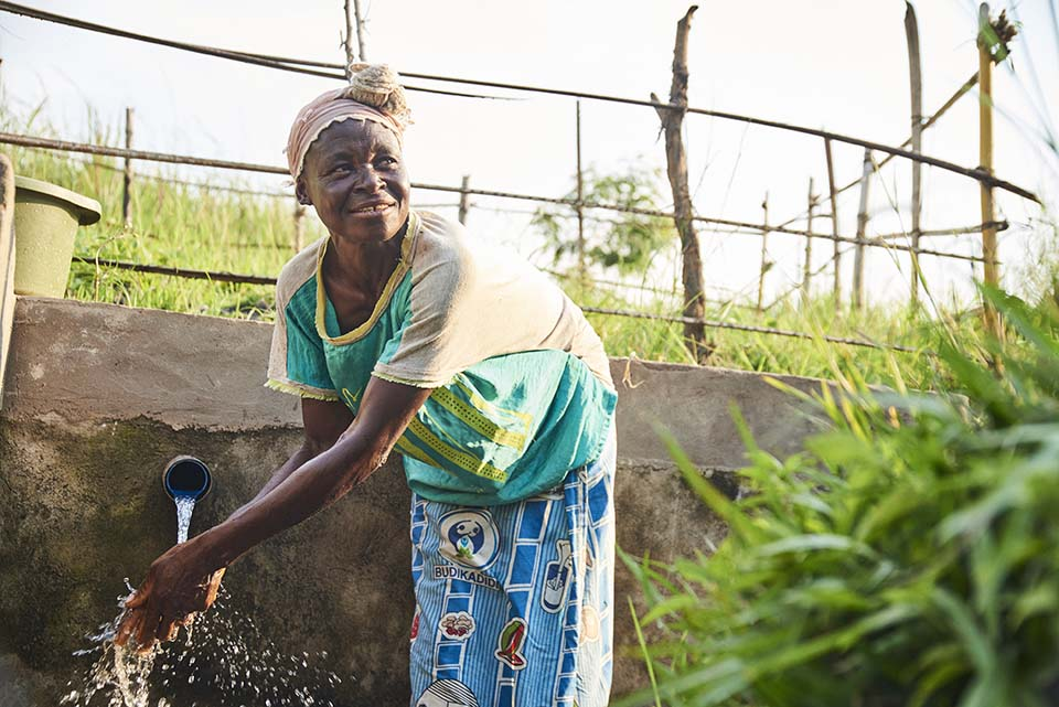 woman in DRC washing her hands