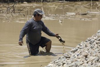 A miner working in the water in Madre de Dios. Photo by Oscar Leiva/Silverlight for CRS