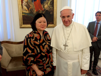 Dr. Carolyn Woo with Pope Francis.